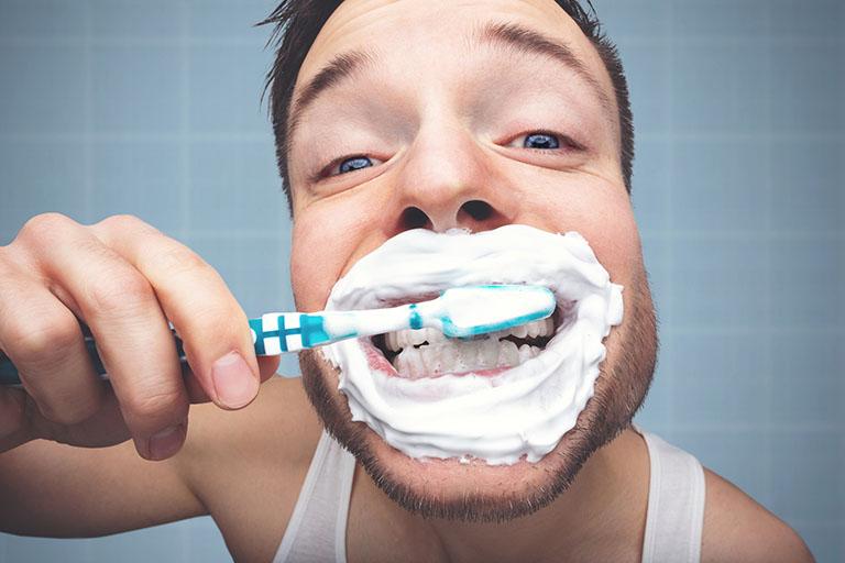 chảy máu chân răng nguyên nhân và cách chữa trị