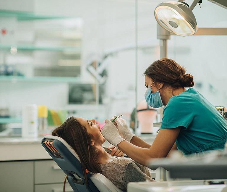 lấy tủy răng khi đang cho con bú