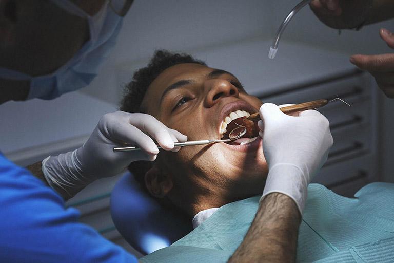 đau răng kéo lên tai
