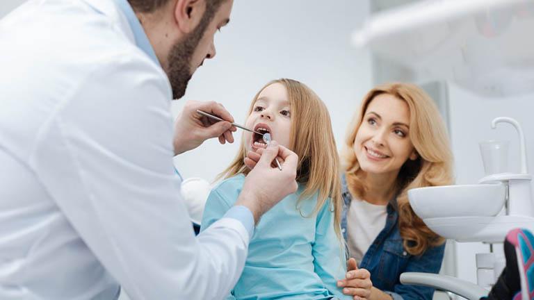 trẻ 7 tuổi bị sâu răng hàm phải làm sao