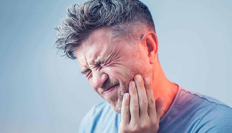 Trồng răng giả xong bị đau