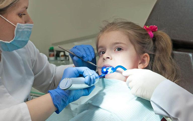 cách trị xiết ăn răng cho bé
