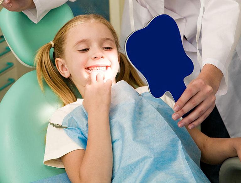có nên cạo vôi răng cho bé