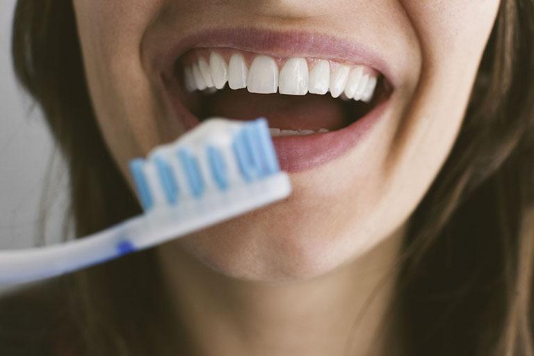 dùng thuốc tẩy trắng răng tại nhà