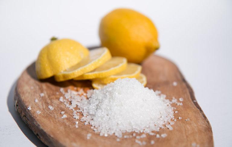Cách làm trắng răng bằng chanh và muối