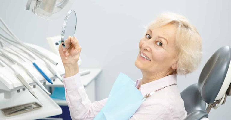 Người lớn tuổi có nên trồng răng Implant không