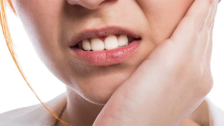 Thuốc tẩy trắng răng dính vào lợi