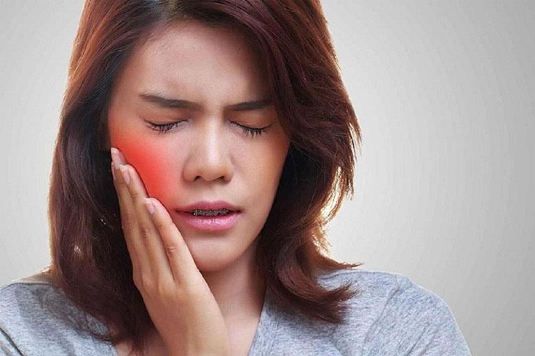 trồng răng implant bị sưng