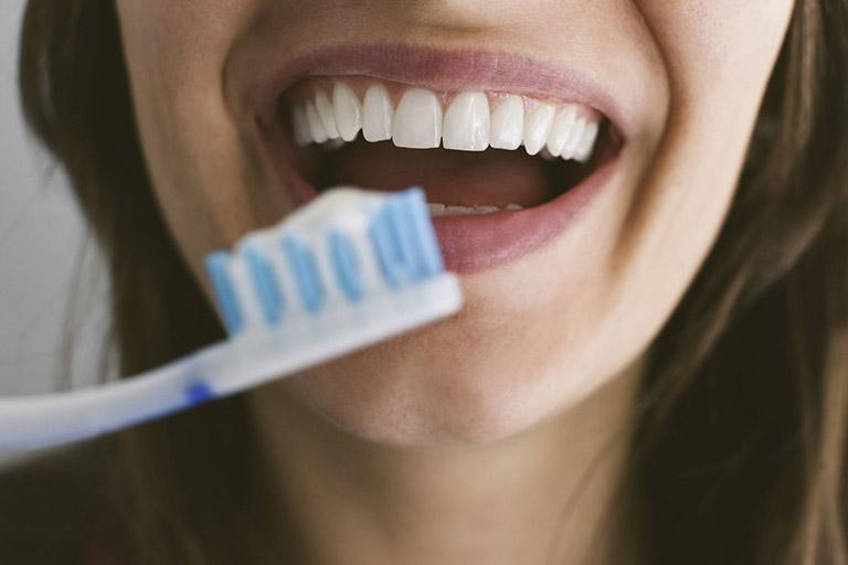cách giữ răng sứ luôn trắng